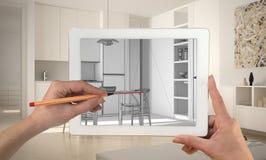 Handen die en op tablet houden trekken die moderne keukencad schets tonen Echte gebeëindigde minimalistische witte keuken op de a royalty-vrije stock afbeeldingen