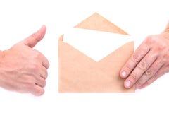 Handen die enveloppen met brieven op de witte achtergrond ISO houden Royalty-vrije Stock Fotografie