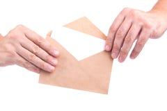 Handen die enveloppen met brieven op de witte achtergrond ISO houden Stock Afbeelding