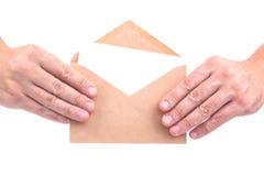 Handen die enveloppen met brieven op de witte achtergrond ISO houden Royalty-vrije Stock Afbeeldingen