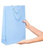 Handen die gekleurde het winkelen zakken op witte achtergrond houden Stock Fotografie