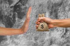 Handen die geld houden en doen hand de verwerpen om geld van te ontvangen in zakken royalty-vrije stock afbeelding