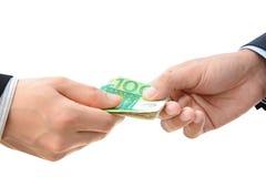 Handen die geld overgaan - de Euro rekeningen (van EUR) Royalty-vrije Stock Foto's