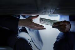 Handen die geld overgaan onder de omkoperij van de lijstcorruptie royalty-vrije stock foto's