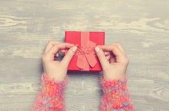 Handen die gift houden royalty-vrije stock afbeelding
