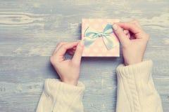 Handen die gift houden stock foto