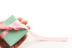 Handen die giftdoos houden die op witte achtergrond wordt geïsoleerd Royalty-vrije Stock Foto's