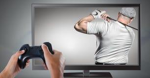 Handen die gokkencontrolemechanisme met golfspeler houden op televisie royalty-vrije stock afbeelding