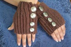 Handen die Handschoenen Fingerless dragen royalty-vrije stock foto's