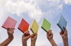 Handen die harde dekkingsboeken houden Stock Foto's