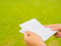 Handen die het bankboekje van de besparingsrekening houden Stock Afbeeldingen