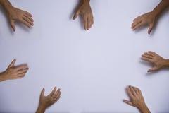 Handen die in het centrum bereiken Stock Foto's