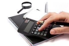 Handen die het handvat houden en calculatorknopen drukken. Royalty-vrije Stock Afbeelding