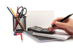 Handen die het handvat houden en calculatorknopen drukken. Royalty-vrije Stock Afbeeldingen