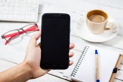 Handen die het lege scherm van slimme telefoon houden Royalty-vrije Stock Foto's