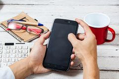 Handen die het lege scherm van slimme telefoon houden Royalty-vrije Stock Afbeelding