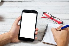 Handen die het lege scherm van slimme telefoon houden Stock Afbeelding
