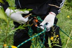 Handen die karabijn sluiten die met kabel beklimmen Stock Foto