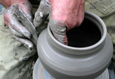 Handen die klei op het wiel van de pottenbakker vormen Royalty-vrije Stock Fotografie