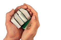 Handen die kleine miniatuurdieboeken houden, op wit worden geïsoleerd Royalty-vrije Stock Foto