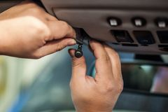 Handen die kleine vertoning installeren in auto stock foto's