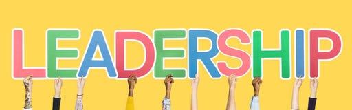 Handen die kleurrijke brieven steunen die de woordleiding vormen stock afbeeldingen