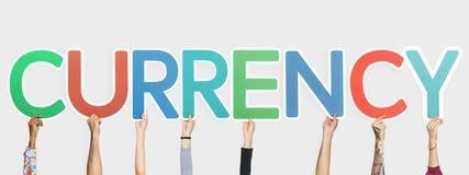 Handen die kleurrijke brieven steunen die de woordmunt vormen royalty-vrije stock foto's