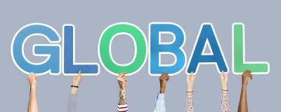 Handen die kleurrijke brieven steunen die het globale woord vormen stock foto's