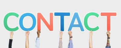 Handen die kleurrijke brieven steunen die het woordcontact vormen royalty-vrije stock afbeelding