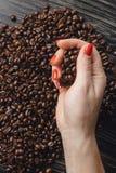 Handen die koffiebonen in vorm van hart houden Royalty-vrije Stock Fotografie