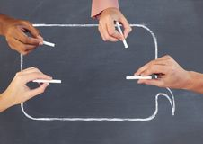 Handen die in lege praatjebel schrijven op bord met krijt Stock Afbeeldingen
