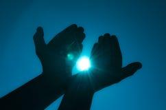 Handen die licht houden stock afbeelding