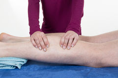 Handen die menselijke kalfsspier masseren Therapeut die druk op vrouwelijk kalf toepassen Royalty-vrije Stock Foto's