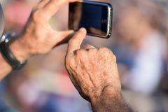 Handen die met cellulaire telefoon fotograferen Stock Afbeeldingen
