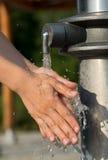 Handen die met Duidelijk en Zoet water wassen Stock Foto's