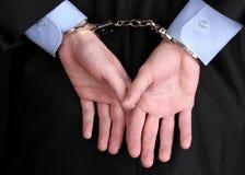 handen die met handcuffs worden belemmerd Stock Foto's