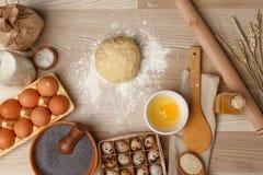 Handen die met het receptenbrood, pizza of pastei van de deegvoorbereiding werken royalty-vrije stock foto's