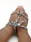 Handen die met ketting worden gesloten Stock Foto's