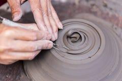 Handen die met klei werken Stock Afbeelding