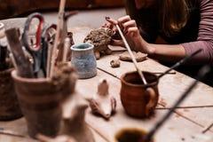 Handen die met klei werken Royalty-vrije Stock Fotografie