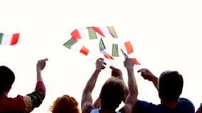 Handen die met vlaggen van Italië golven stock footage