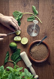 Handen die mojitococktail voorbereiden stock foto's