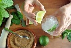 Handen die mojitococktail voorbereiden royalty-vrije stock foto's