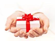 Handen die mooie giftdoos houden stock foto's