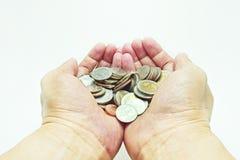 Handen die muntstukken houden royalty-vrije stock foto's