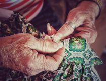Handen die naaien stock afbeelding