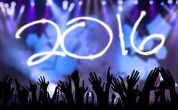 Handen die nieuw jaar van 2016 vieren Stock Foto's