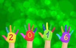 Handen die nummer 2016 vormen tegen Nieuwjaarachtergrond Royalty-vrije Stock Foto