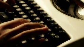 Handen die op een schrijfmachine typen stock footage