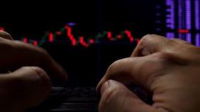 Handen die op een toetsenbord en een online wisselkoersinformatie typen voor handel stock footage